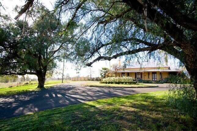 Historic Ranelagh House on acres in town 2 km CBD available for short term stay